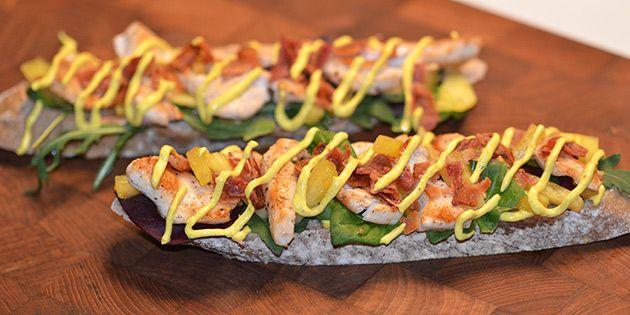 Nem og lækker forret med kylling, bacon og karrydressing på et ristet stykke brød. En sublim start på et godt måltid.