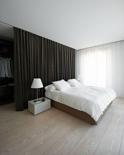 Mais uma do nosso especial de divisórias para separar o quarto do guarda-roupa. A #cortina faz bonito longe das janelas!💕💕💕#decor #decoração #bedroom #quarto