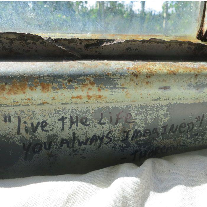 Dit is één van de vele quotes die we terugvinden op de bus waar Chris verbleef.