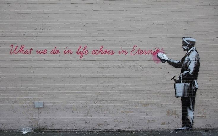 """Uma frase do filme """"Gladiador"""" (""""O que fazemos na vida ecoa na eternidade"""") é parcialmente apagada por um homem nessa intervenção de Banksy em Nova York. A obra fica na avenida 38, na região do Queens"""
