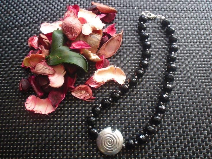 Facettierte Onyxperlen 12 mm in schwarz mit versilbertem Schmuckteil.    Eine Kette für viele Gelegenheiten.