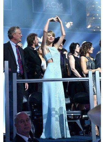 Церемония ACM Awards 2015: гости вечера - http://russiatoday.eu/tseremoniya-acm-awards-2015-gosti-vechera/ В Техасе в 50-й раз вручили награды лучшим кантри-исполнителямНа прошедших выходных американское кантри-комьюнити чествовало своих героев – в Техасе прошла юбилейная 50-ая церемония вручения п