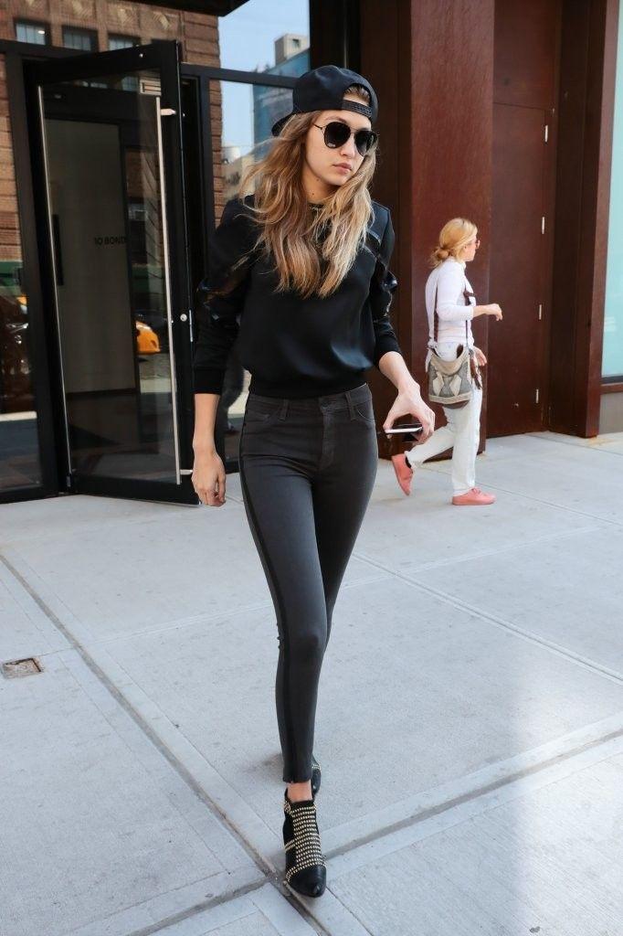 Total black com boné e óculos para o dia a dia.