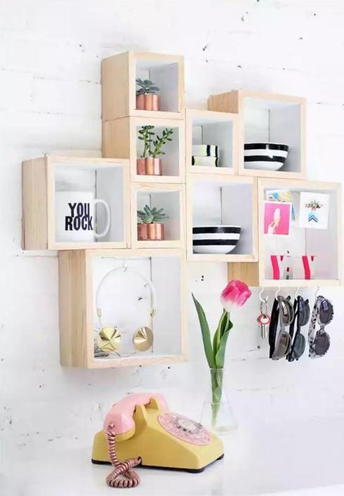 Étagères en bois Du rangement pratique et décoratif en même temps? Oui s'il vous plaît! Créez de simples caissons de bois carrés de différentes grosseurs et peignez l'intérieur de chacun d'eux en blanc. Regroupez-les sur votre mur afin de créer l'effet d'un module de rangement sur-mesure.