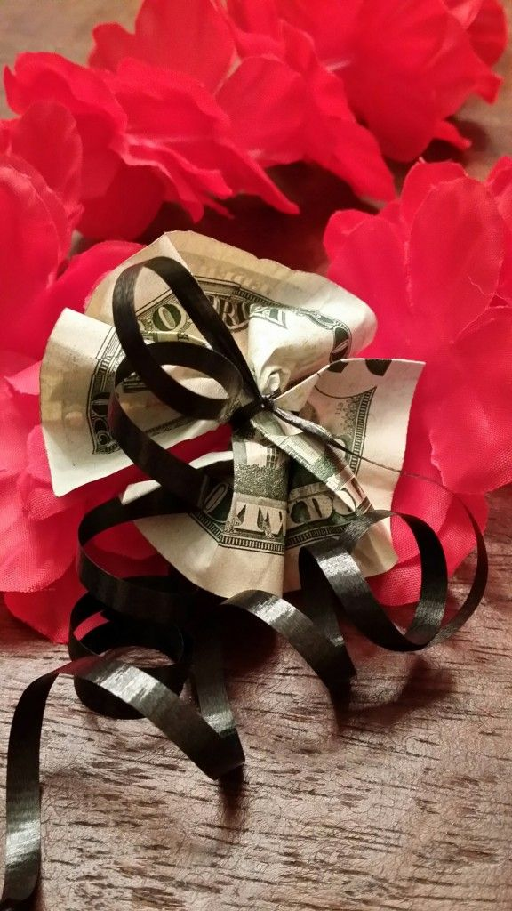 How to Make a Money Lei for Graduation http://adventuresofemptynesters.com/how-to-make-a-money-lei-for-graduation/