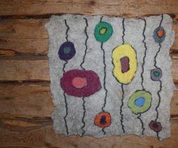 Konsthantverk med inriktning mot trädgård, tovning och keramik.