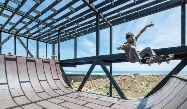Projeto chileno usa grelha geométrica em madeira para criar residência que tem como ponto central uma rampa de skate com vista para o mar   aU - Arquitetura e Urbanismo