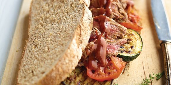 Broodje steak met barbecuesaus en gegrilde groenten