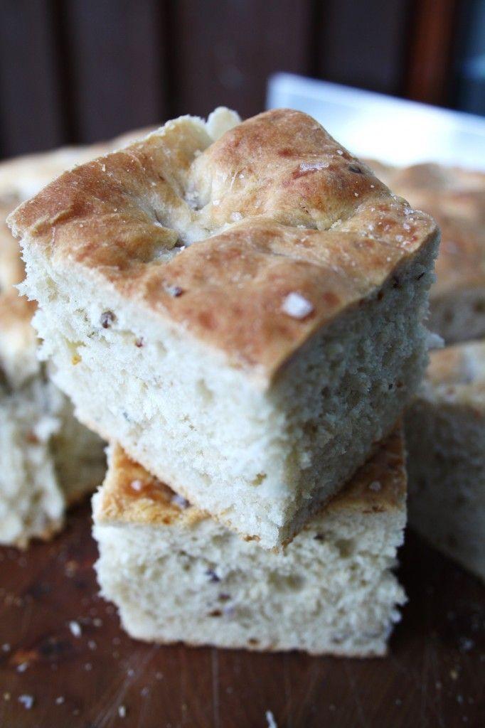 Focacciabrødet.+Smak+på+det.+Det+smaker+Italia+-+på+sitt+aller+beste.+Det+smaker+salt,+mykt+og+crispy+på+en+gang.+Det+smaker+tropenetter+og+utekvelder+i+Toscana.+Minimalistiske+murhus+og+åskammer.Liker+du+italiensk+mat,+så+elsker+du+dette.+