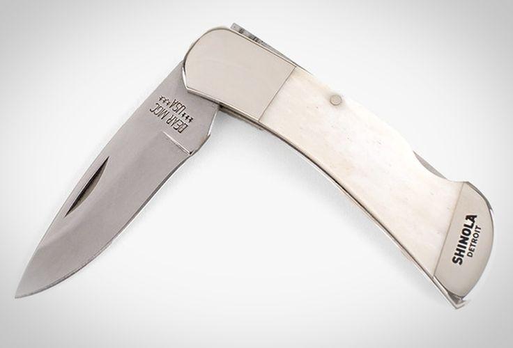 Das mittelgroße Shinola + Bear & Son Taschenmesser ist das perfekte Werkzeug für eine Vielzahl an alltäglichen Anwendungen. Mit einer Klinge aus rostfreiem Stahl und einemweißen Griff aus Knochen, der mitSilbernieten befestigt wurde wirkt das Messer universal und zeitlos. JETZT KAUFEN | 85 EURO