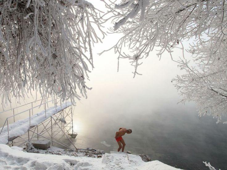 Vrijdag 18 januari: Een 77-jarige gepensioneerde Chinese leraar maakt zich klaar voor een rondje naaktzwemmen in een recreatiegebied in het zuidoosten van China.