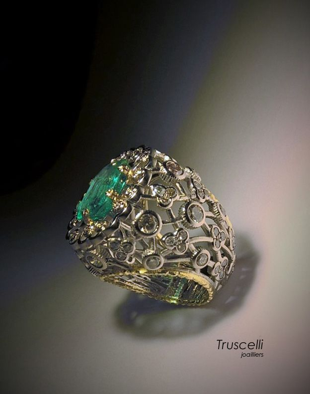 Truscelli Joailliers, or gris et jaune 18 kt, diamants bruns et émeraude