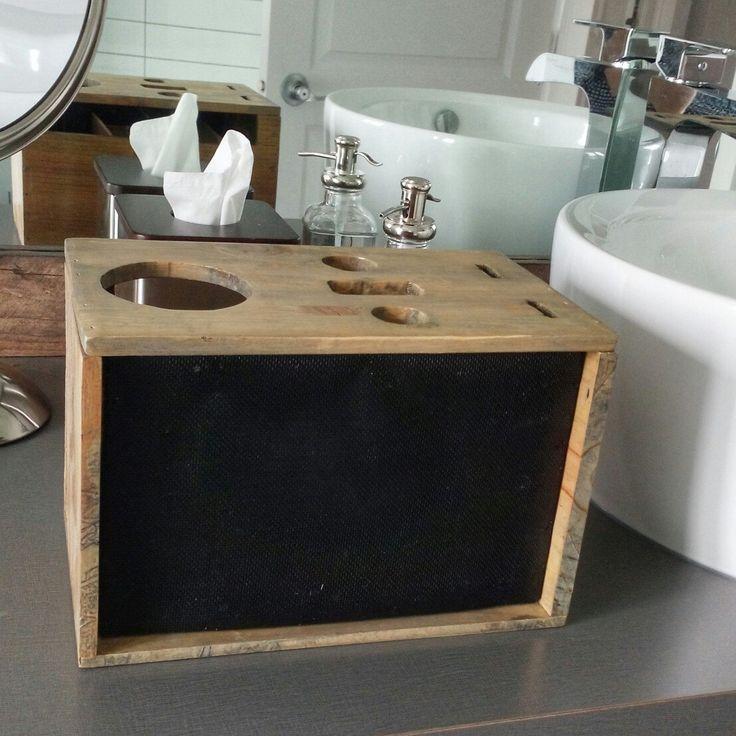 Organisez votre salle de bain grâce à cet accessoire en caisse de vin revalorisée! Ajoutez-y vos brosses à cheveux, fers à lisser et à friser, suspendez vos boucles d'oreilles sur le filet à l'avant! Entièrement personnalisable :-)