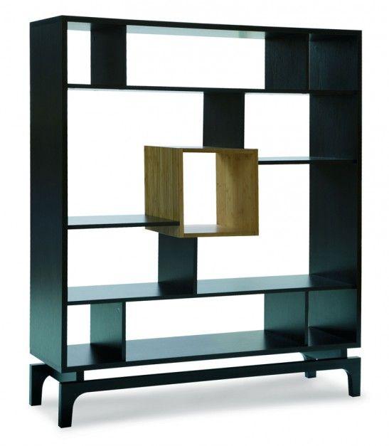 Kokeshi - regał dwustronny, biblioteczno-dekoracyjny, nieregularne kształty półek, dąb ciemny brąz i fornir bambusowy; 150x130,2x37 cm. Cena: ok. 1.399 zł, Meble VOX.