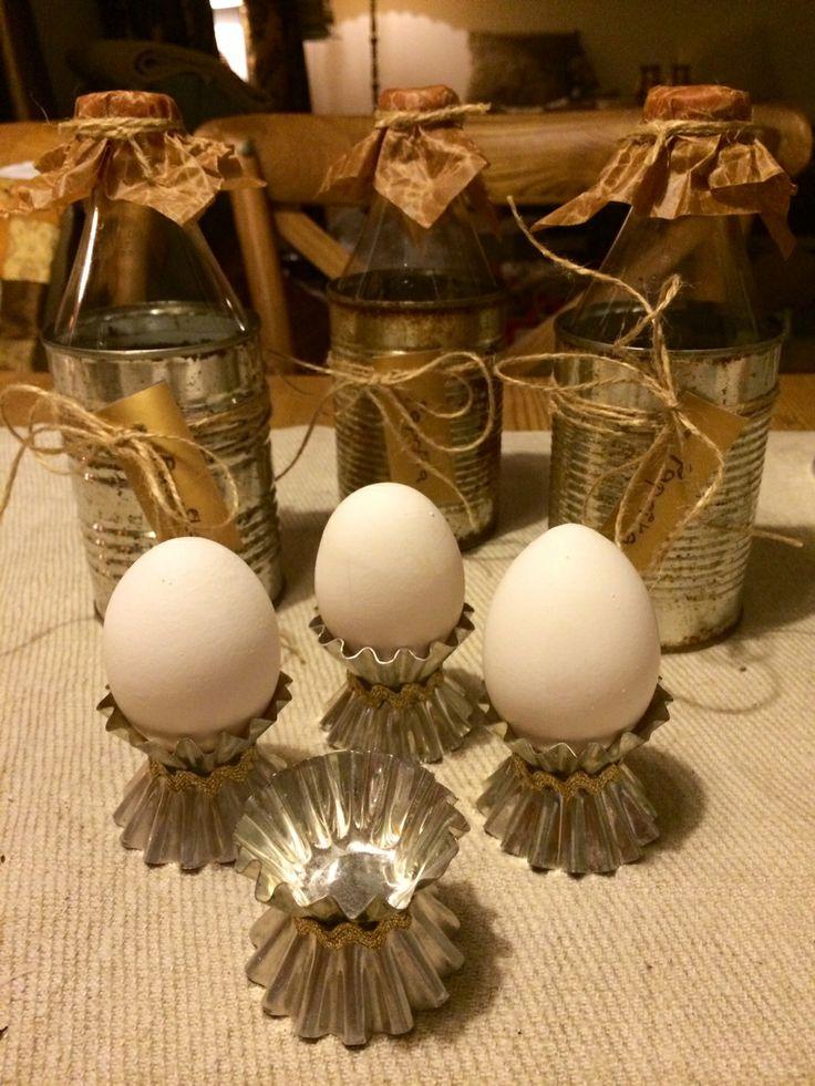 Miniväxthus av gamla konservburkar, toppen av petflaskor, snören och läskpapper. Äggkoppar av kakformar.