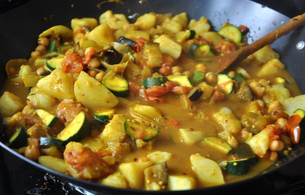 Potato and chickpea curry: Mmmm Yummm, Baking Inspiration, Vegetarian Dishes, Pakistani Inspiration, Indian Food, Food Cooking, Inspiration Veggies, Vegetarian Soups, Chickpeas Curries