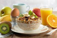 Правильное меню на 3 дня День 1: Завтрак: • 2 яйца (всмятку/отварные) • Огурец, помидор • Кусочек цельнозернового хлеба с творожным сыром • Травяной чай Перекус: • Творог 1% 150 грамм, половина банана/гость ягод, корица по вкусу Обед: • Бурый рис/гречка + овощи • 2 котлеты из куриного филе запеченные Перекус: • Фрукты/10 орехов Ужин • Салат из свежих овощей 250 грамм, кофейная ложка масла • Запеченное или отварное нежирное мясо/рыба 150 гр День 2: Завтрак: • Овсянка (50 грамм геркулеса…