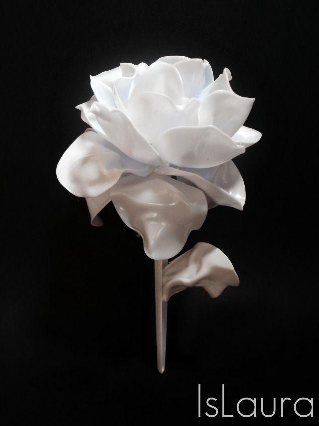 Rosa interamente creata con cucchiai di plastica