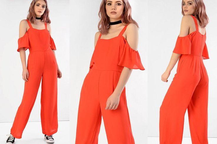 Tuta arancione con pantalone a palazzo. Spalle scoperte.