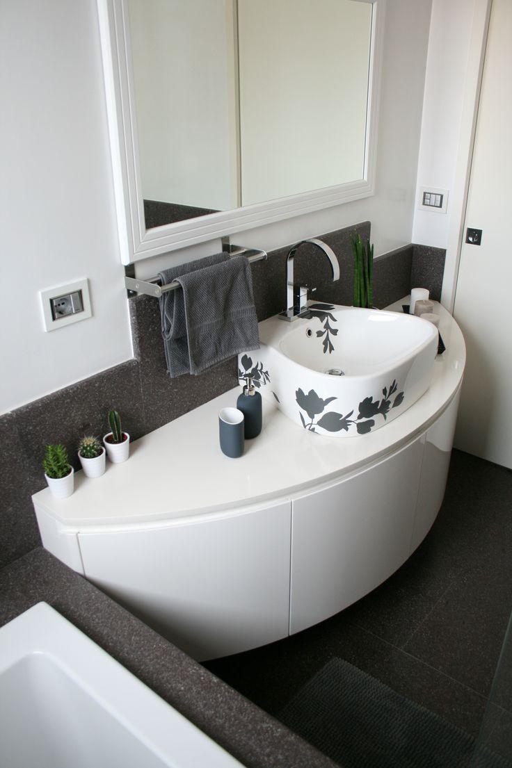arredo bagno realizzato su disegno senza maniglia con forma curvilinea sospesa il