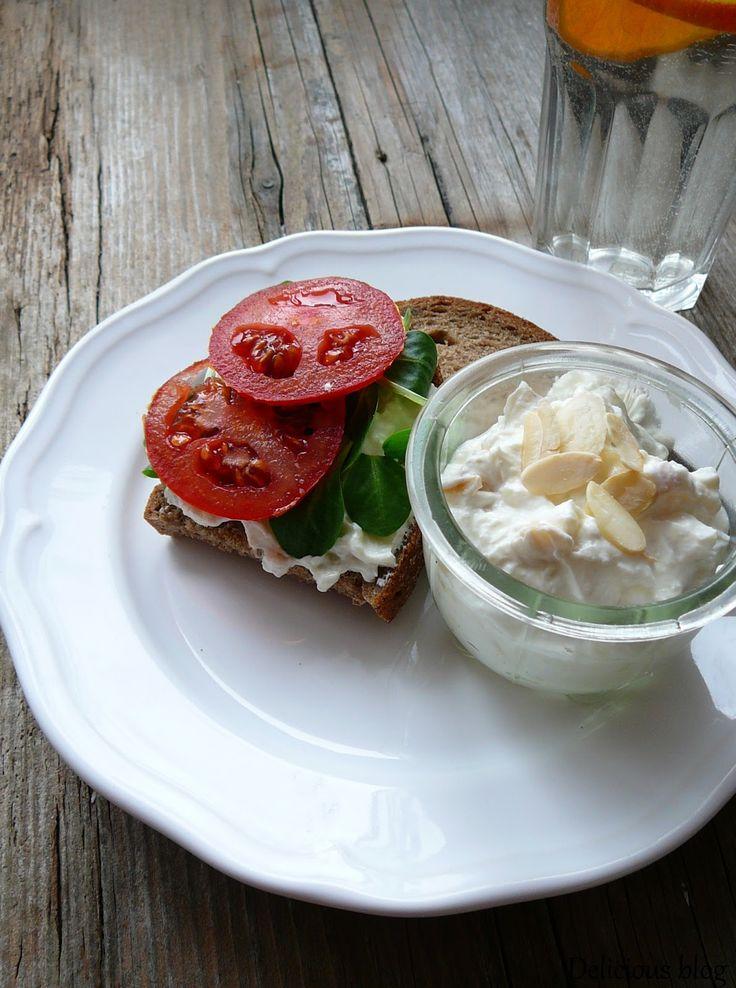 Delicious blog: Pomazánka s pečeným česnekem a mandlemi
