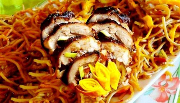 Surinaams eten – Tjauw Min Trafasie (tjauw min met geroosterde kip)