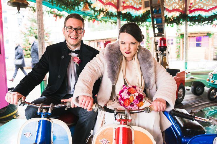 Eine kleine und sehr persönliche standesamtliche Hochzeit im Dezember. Mit Vera und Oliver ging es nach der Trauung zum Weihnachtsmakrt in Düsseldorf. Im alpinen Schlüssel-Festzelt wurde bei Altbier angestoßen während wir auf einem Karussell und im Hofgarten Fotos machen konnte. …