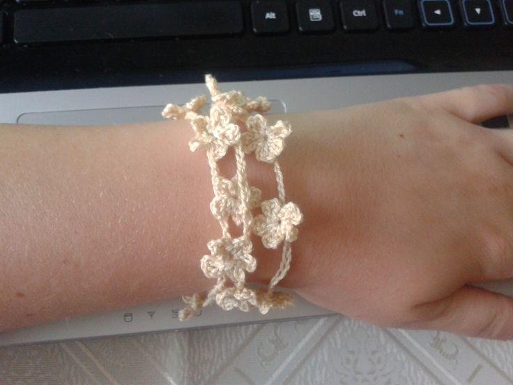 Easy bracelet from little flowers