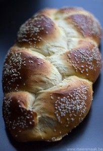 Een lekker brood voor volgende week bij de paasbrunch! Heel eenvoudig zelf te maken. Je kan dit brood met de hand kneden of in een kneedmachine. Ik heb de Panasonic broodmachine gebruikt. 500 g mix voor luxebrood (Aveve) 8 g verse gist 250 ml water 40 g boter 3 g zout Doe al de ingrediënten …