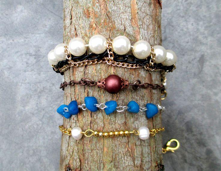 Pack de pulseras, únicas hechas a mano con cadenas, perlas de fantasia y botones de metal. En colores dorado, cobre, plata y bronce. #Handmade #Bracelets