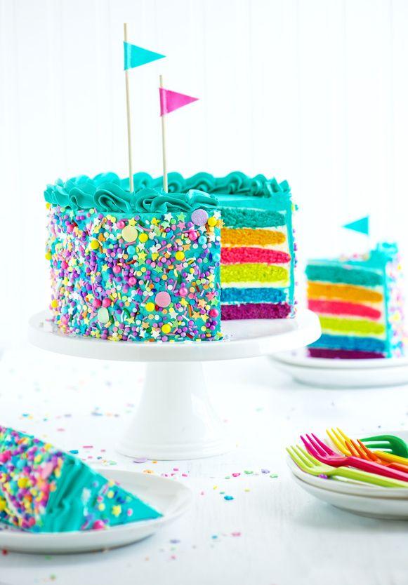 Esponjosa torta de colores  con cobertura de crema de mantequilla y chispas de colores