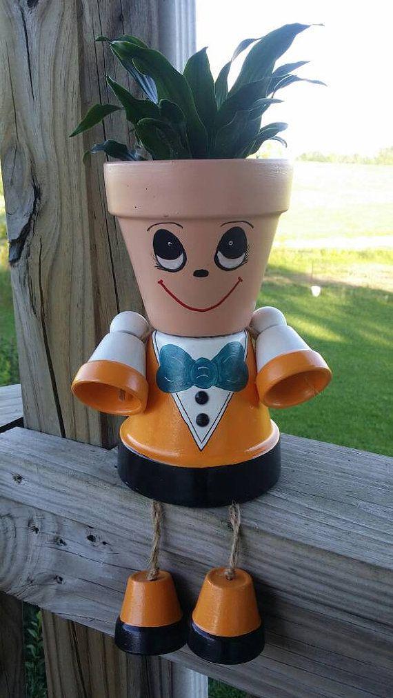 Persona de pote del plantador vestida con un traje naranja