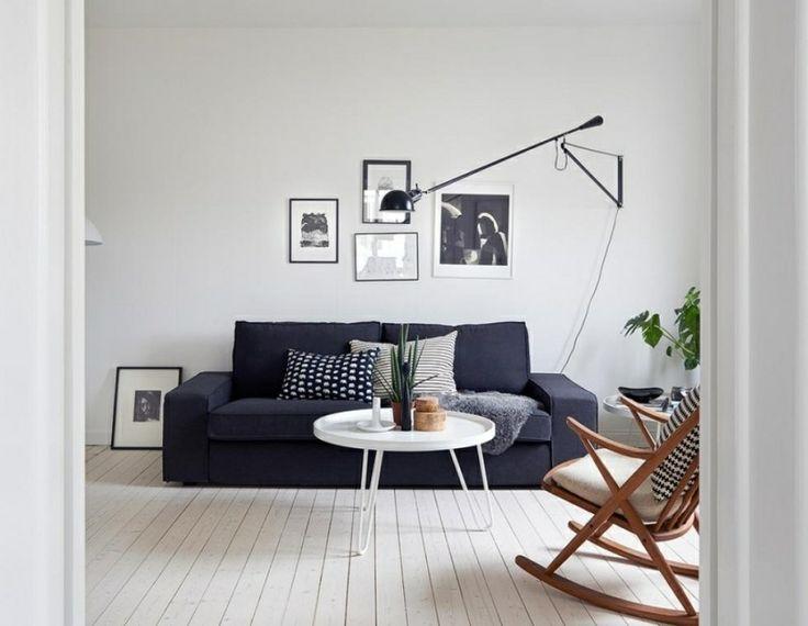 skandinavische Einrichtung bequemes Sofa dunkelgraue Polsterung originellle Lampe aus Edelstahl Schaukelstuhl Massivholz