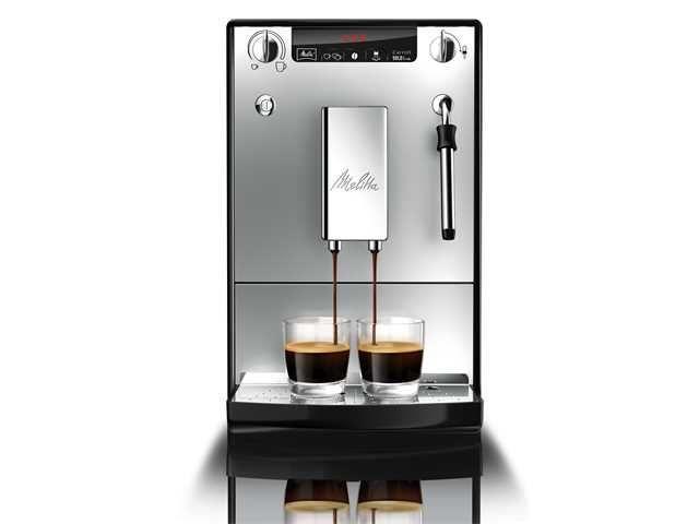 Melitta Caffeo Solo & Milk Zilver  Melitta Caffeo Solo en Milk Zilver De Melitta Caffeo Solo en Milk Zilver is dé volautomatische espressomachine die je moet hebben als je van heerlijke koffiespecialiteiten houd. Niet alleen zet deze alleskunner een goede sterke espresso maar hij warmt en schuimt melk op voor de lekkerste cappuccino's en latte macchiato's. je kunt meerdere kopjes koffie tegelijk zetten en dankzij het automatische reinigingssysteem heb je weinig omkijk naar het schoonhouden…