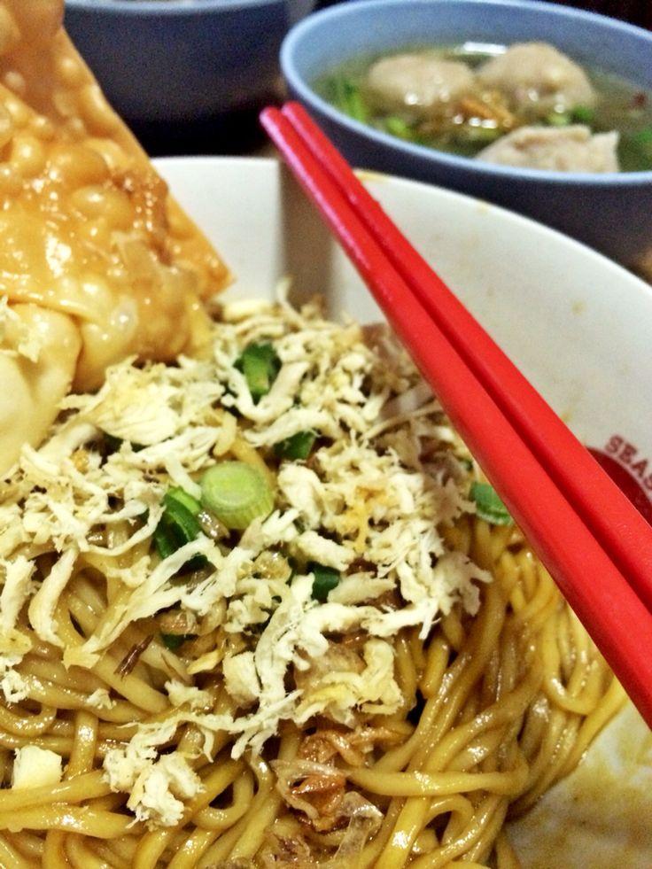 Noodle yamin kampong with pangsit goreng