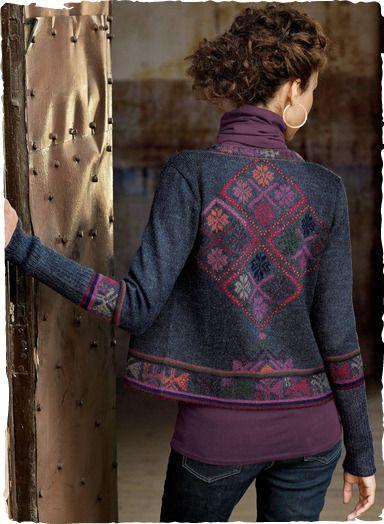 diamantes llenos de flores de la región de una forma textil tradicional Cuzco un mosaico llamativo en la parte posterior de nuestra chaqueta de punto de alpaca recortada.  Intarsia tejido en una mezcla azul oscuro, con bandas estampadas y puños de canalé profunda.