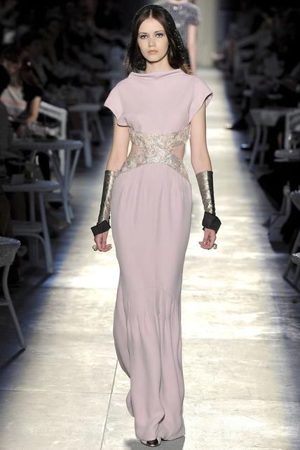 Parece recién sacado de Los Juegos del Hambre, pero es un Chanel Alta Costura otoño-invierno 2012/13
