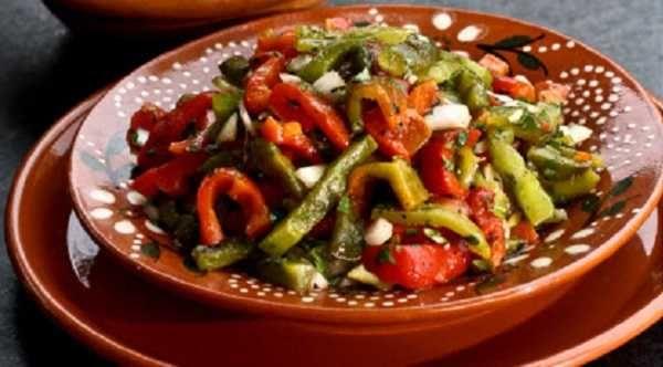 Pour préparer Salade mechouia, laver vos légumes et les disposer sur une plaque allant au four (éplucher l'ail)les faire griller th 6 pendant environ 30 minutes, surveillez la cuissonenlever la peau, épépiner, et...