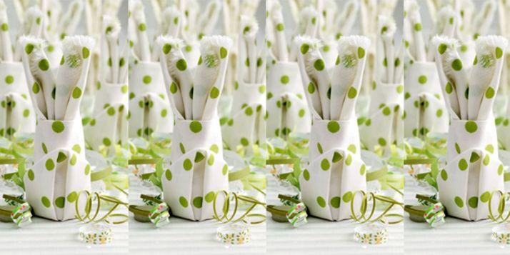 Leuk idee voor Pasen: vouw een servet in de vorm van een paashaas en decoreer hiermee de paastafel. Simpel, snel en ontzettend leuk!