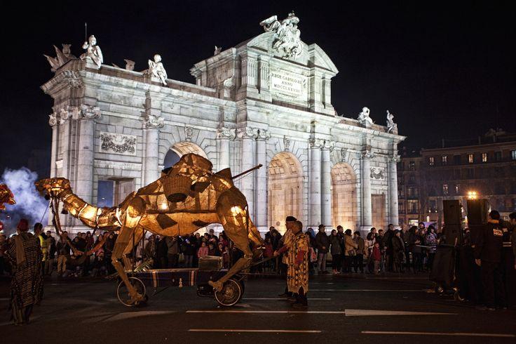 La cabalgata de los Reyes Magos de Madrid. Frente a la Puerta de Alcalá pasa cada 5 de enero la cabalgata de los Reyes Magos, una tradición que se repite en muchas ciudades a lo largo y ancho del mundo, pero que se vive con especial intensidad en Madrid.