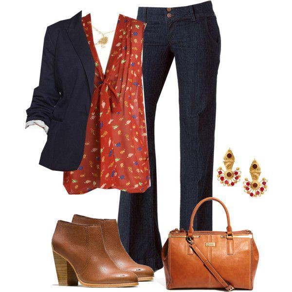 Jeans azul oscuro + botas cortas marrones + cartera marrón + saco azul + remera roja estampada