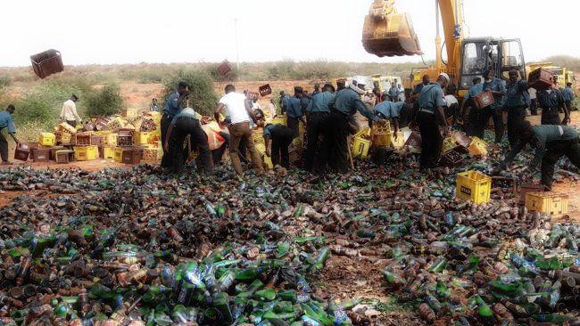 """In Nigeria, la polizia religiosa, per combattere l' """"immoralità"""" ha distrutto 240mila bottiglie di birra, 320mila sigarette e 8mila litri di alcol. http://tuttacronaca.wordpress.com/2013/11/28/240mila-birre-distrutte-da-un-bulldozer/"""