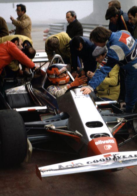 Villeneuve essaie la Ferrari 126C2 de 1982 sous l'œil attentif de Didier Pironi. (Photo: Ferrari)