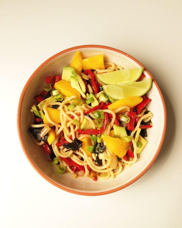 Dit gerecht eet ik graag voor lunch, als alternatief voor brood. In dit recept heb ik verse gember en rode peper gebruikt om het gerecht pittig te maken, met mango als zoete tegenhanger. De nori he…