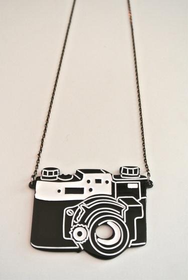 Collana con ciondolo a forma di macchina fotografica // #Necklace with camera-shaped pendant - di lapattygelosabijoux via it.dawanda.com