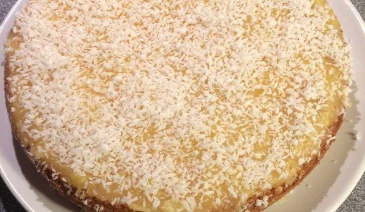 En härlig sockerkaka med gudomlig glasyr, toppad med kokosflingor.