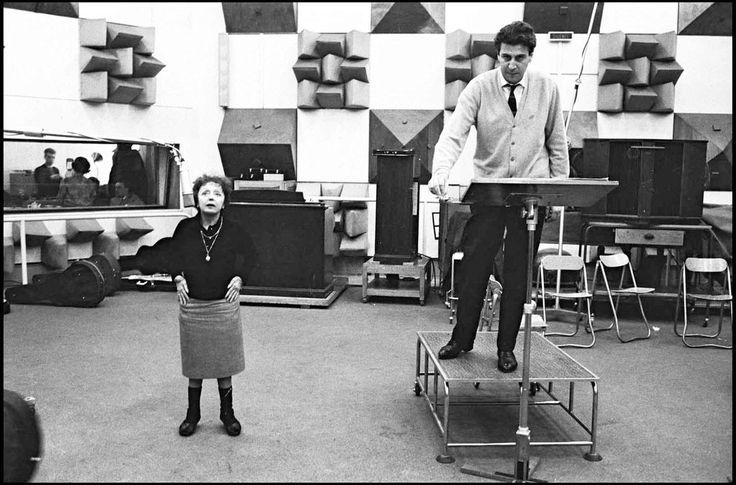 H Edith Piaf και ο Μίκης Θεοδωράκης στο στούντιο το 1963 για την ηχογράφηση της 'Ομορφης Πόλης