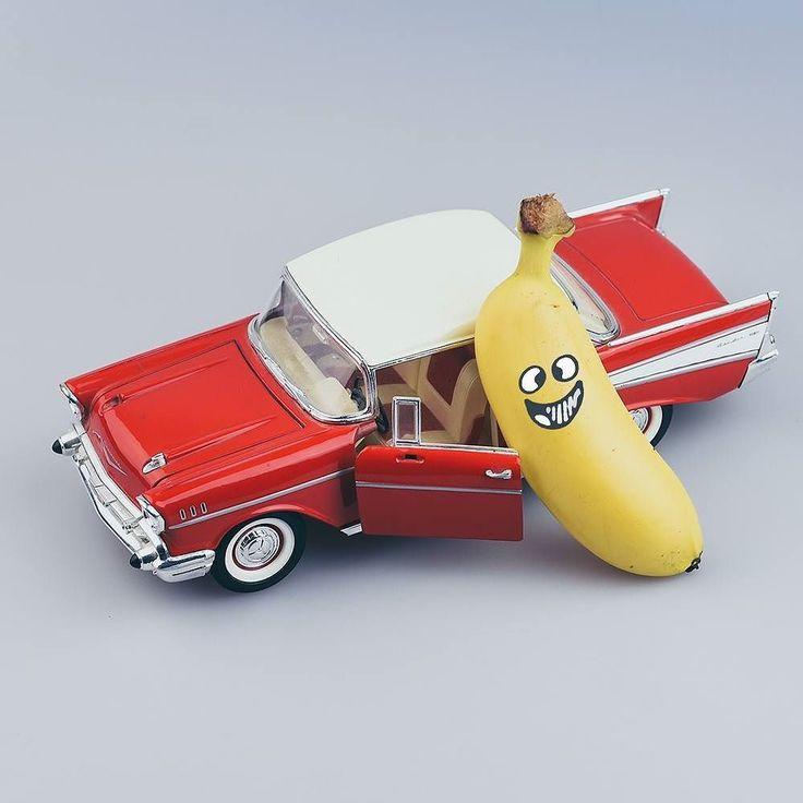 """""""Ca y est ma voiture est niquelle et elle roule !!! Vous voulez faire un tour ? Je dois rejoindre les humains super vite pour leur donner toute ma force qui est-ce qui m'accompagne ? Allezzzzzz... Venezzzzz"""" Romain Yobanane de Force  #voitureréparée #bananacar #car #conducteurfragile #voitureniquelle #banane #pouvoirmagique #yobanane #force"""