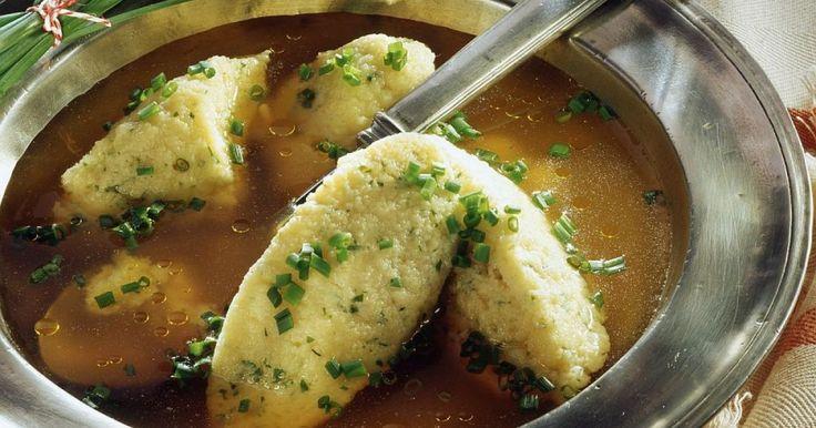 """O vorbă din bătrâni zice că acest fel de mâncare """"te scoală din boală"""". Fie că e vorba de o răceală sau de o mahmureală după o petrecere  de o noapte, supa de găină face minuni. Preparată în casă, cu legume  din belşug, dar mai ales cu găluşte făcute pe loc, supa de pasăre este  un adevărat medicament."""