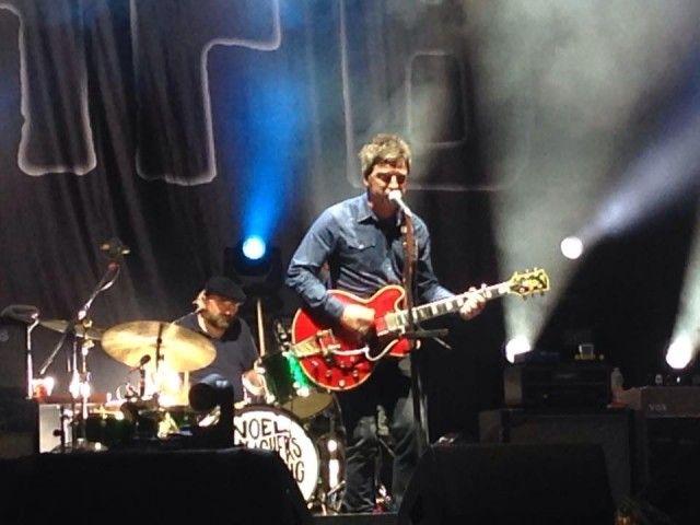 Noel Gallagher tiene il microfono piuttosto basso, approccio opposto al fratello Liam, che lo appende bene in alto e abbaia all'osso con la testa in su... #noelgallagher #oasis #chasingyesterday